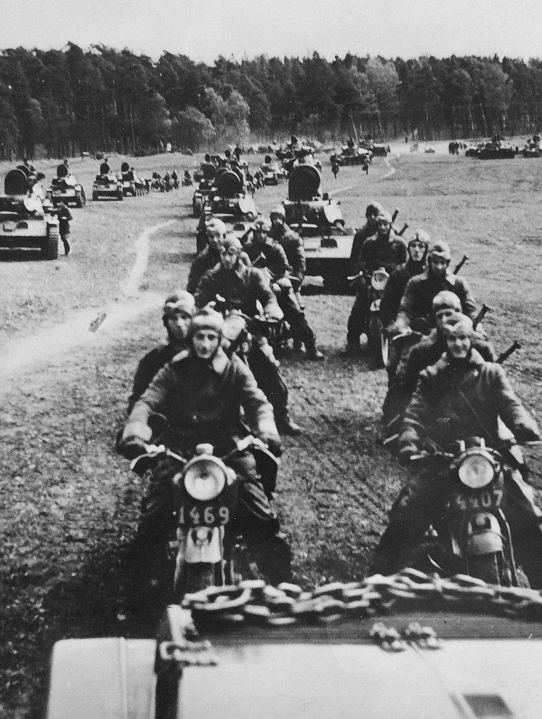 Motorcykelordonnanser och strv m/40 på parad i Skövde, oktober 1943