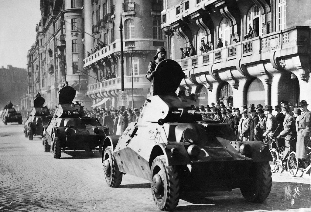 Pansarbil m/39 eller m/40, parad i Stockholm, ca 1940
