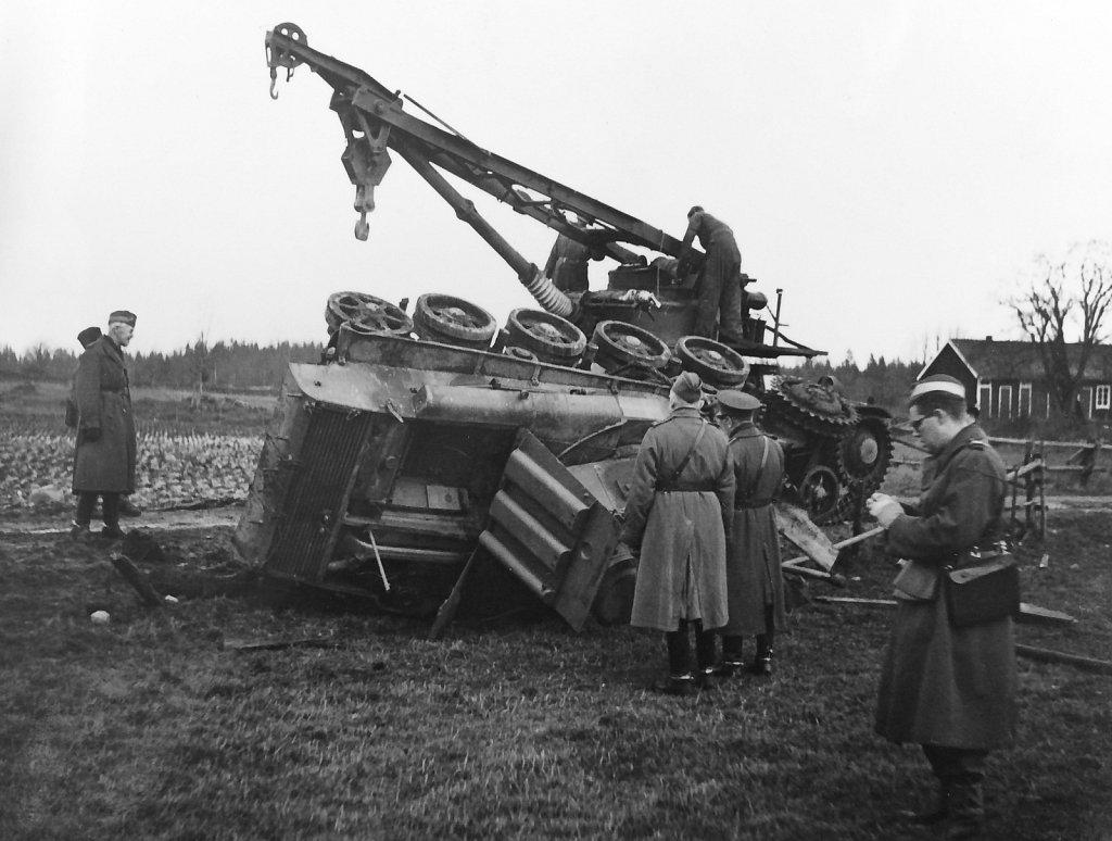 Bärgningsbandvagn m/42 och havererad strv m/40L ur P2, Småland,