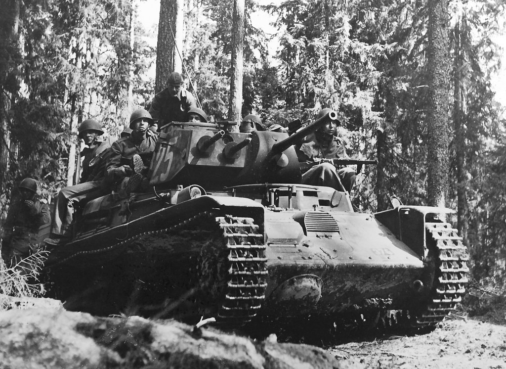 Strv m/40L med följeinfanteri, Strängnäs, augusti 1942
